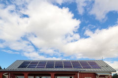 在房子屋顶的太阳电池板 免版税库存照片