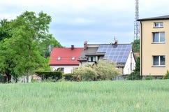 在房子屋顶的太阳电池板 免版税库存图片
