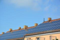 在房子屋顶的太阳能盘区  库存图片