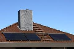 在房子屋顶的太阳能集热器 免版税图库摄影