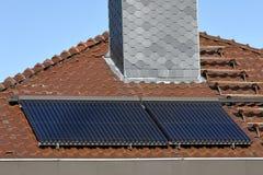 在房子屋顶的太阳能集热器 图库摄影
