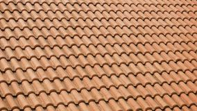 在房子屋顶的橙色黏土瓦片  股票录像