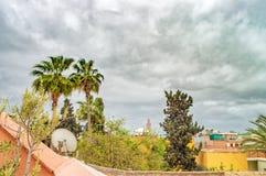 在房子屋顶的许多各种各样的卫星电视天线 免版税库存图片