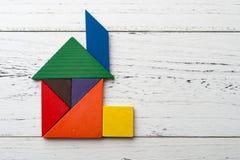 在房子形状的木七巧板 免版税库存照片