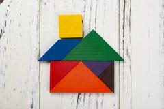在房子形状的木七巧板 免版税库存图片