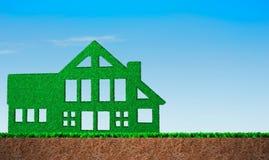 在房子形状的绿草 库存照片