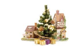 在房子旁边的圣诞树 免版税库存照片