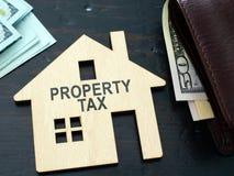 在房子模型的财产税标志 免版税库存图片