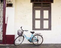 在房子的一辆自行车在台北,台湾 免版税库存照片