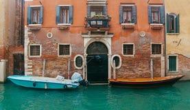 在房子的入口的附近两个汽船 免版税库存照片