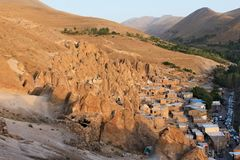 在房子的全景在一个谷的岩石的在Kandovan镇在伊朗 免版税库存图片