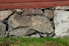 在房子的地下室的老石工 免版税库存图片