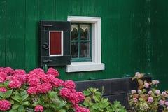 在房子的墙壁的小窗口 免版税库存图片