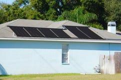 在房子的太阳关闭的水加热系统 库存照片