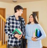 在房子的学生夫妇 免版税库存照片