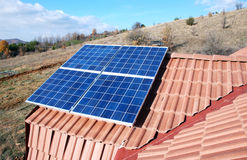 在房子的屋顶安装的太阳电池板 库存照片