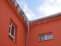 在房子的屋顶的冰柱系列,当温暖 图库摄影