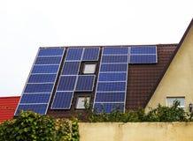 在房子的屋顶的太阳电池板 免版税图库摄影
