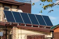 在房子的屋顶的太阳能盘区 aternative能量 太阳能电池 库存照片