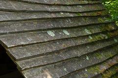 在房子的屋顶的木木瓦 免版税库存照片