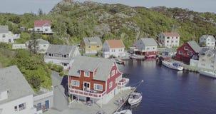在房子的接近的飞行海湾沿海岸区和大海的 股票录像