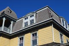 在房子的有双重斜坡屋顶的房屋的样式屋顶在开普梅,新泽西 免版税库存图片