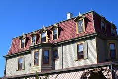 在房子的有双重斜坡屋顶的房屋的样式屋顶在开普梅,新泽西 库存照片