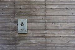 在房子的木墙壁上的邮箱 库存照片