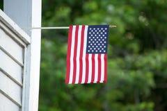 在房子的美国国旗 免版税库存照片