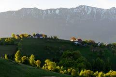 在房子的美好的日出在Magura村庄,罗马尼亚,欧洲 免版税库存图片