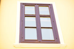 在房子的老木窗口 免版税库存照片