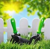 在房子的草坪的园艺工具 免版税库存图片