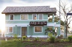 在房子的视图有庭院的 库存图片