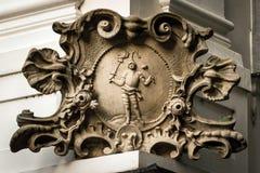 在房子的角落的巴洛克式的石漩涡花饰在布拉索夫 库存图片