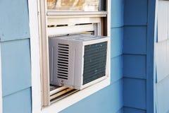 在房子窗口安装的老空调器 免版税库存照片