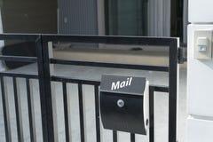 在房子篱芭的现代邮箱 免版税库存图片