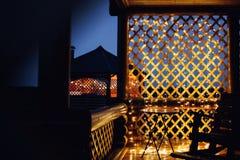 在房子背景纹理的圣诞灯在城市 库存图片