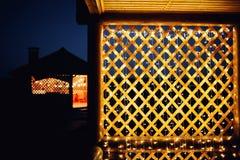 在房子背景纹理的圣诞灯在城市 免版税图库摄影