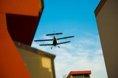 在房子蚊子喷洒的航空器 免版税库存照片