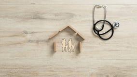 在房子里削减一个家庭的出口有孩子的,概念性hom 免版税库存照片