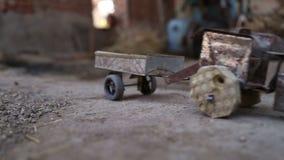 在房子里递拉扯在地面的卡车玩具在乔德普尔城,特写镜头 股票视频