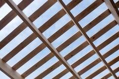 在房子里面的屋顶用车床加工的架置 免版税库存图片