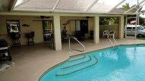 在房子里面的游泳池 免版税库存图片