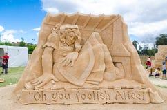 在房子里面的美丽的沙子雕塑`巨人阿丽斯在妙境陈列的阿丽斯`的,在Blacktown Showground 免版税库存照片