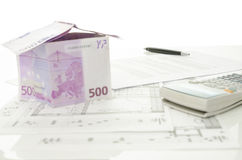 议院由与房子销售合同的欧洲金钱制成  免版税库存照片