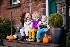 在房子门廊的孩子在秋天天 库存照片