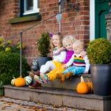 在房子门廊的孩子在秋天天 库存图片