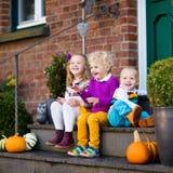 在房子门廊的孩子在秋天天 免版税库存照片
