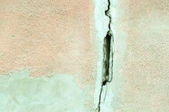 在房子门面外墙和膏药上的大裂缝由地震损坏了 库存照片
