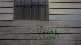 在房子门面的街道画在米兰 库存图片